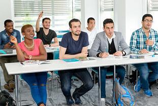 [Translate to English:] Ein Klassenraum mit lernenden Schülern